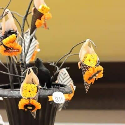 Need Halloween decorations for your home or Halloween party? Try this DIY Halloween Centerpiece for some spooky fun.