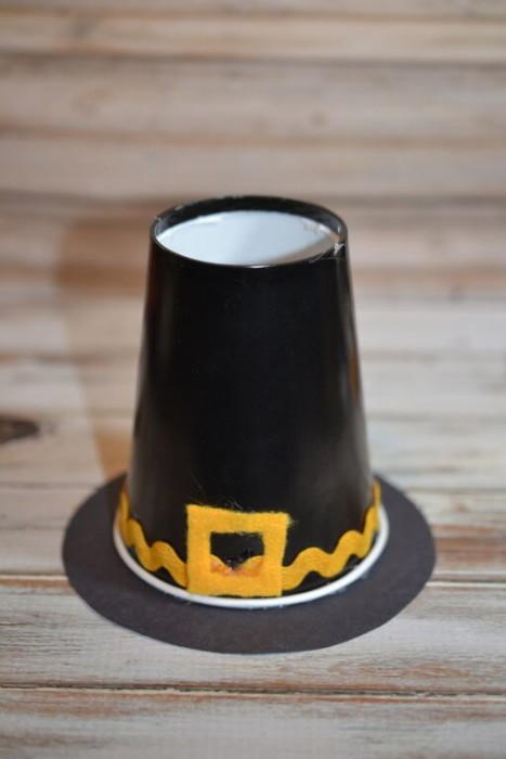Thanksgiving turkey crafts abound, so why not mix things up a little with a pilgrim hat instead? This pilgrim hat craft makes a cute table setting or thanksgiving craft for kids. Add some popcorn and they are tasty too!