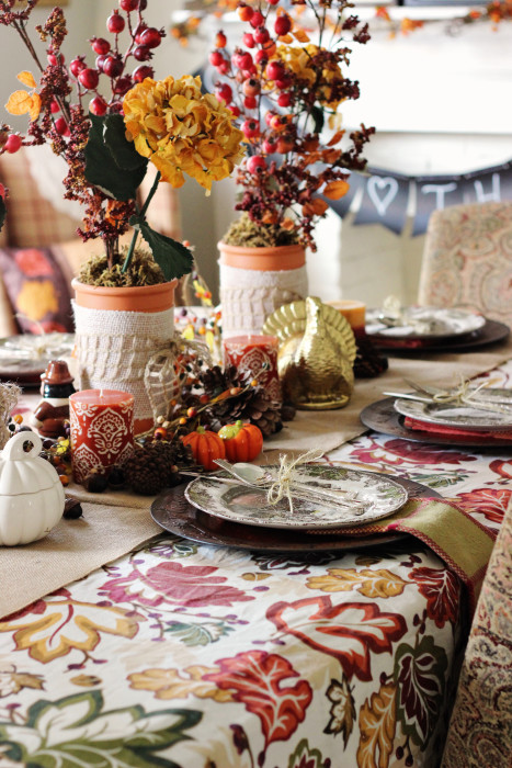 Casually elegant Thanksgiving decorations. Come and see all the details of this tablescape and dining room completely decorated for Thanksgiving!
