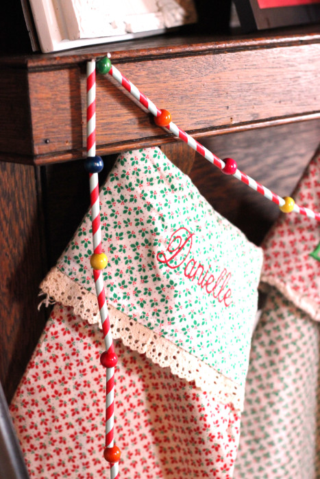 Make Christmas garland from red striped paper straws. <a href=