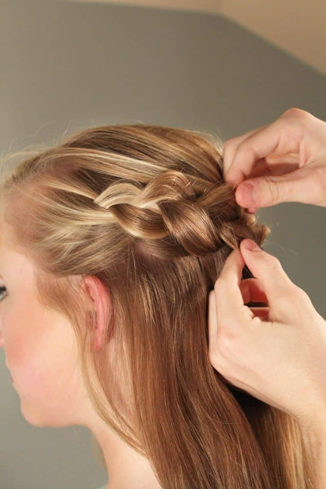 You'll want to add this step by step Dutch braid tutorial to your Christmas party hairstyles board! This simple holiday hair style is perfect for medium or long hair.
