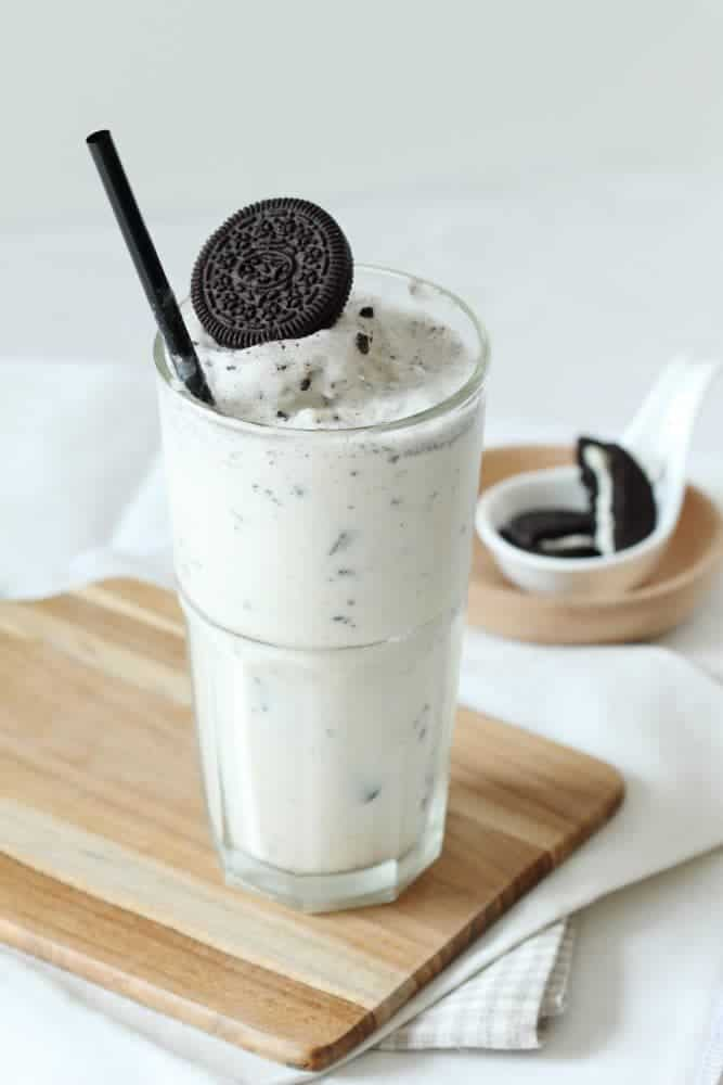 This melt in your mouth cookies n cream milkshake recipe made with Oreo cookies is a delicious way to cool off!